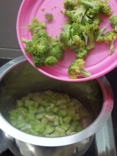 how to cut and boil broccoli